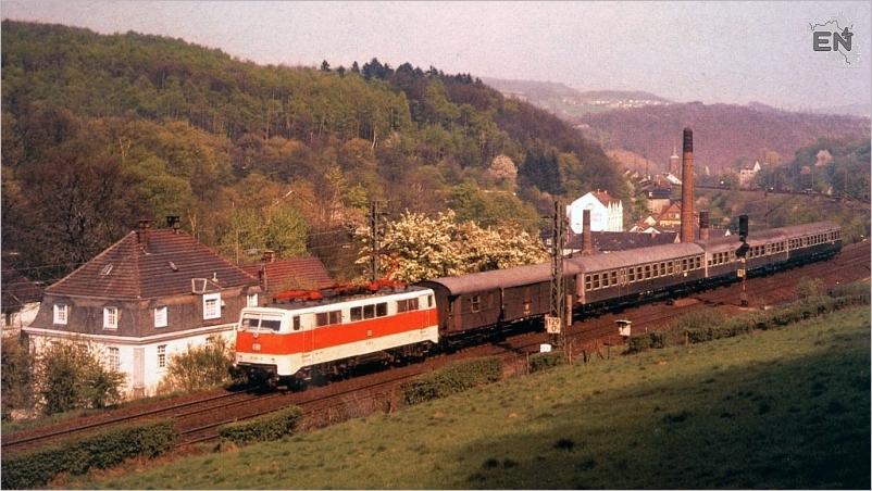 02-BR111 Eilzug HA-Köln am Hs Rahlenbecke 04-1981